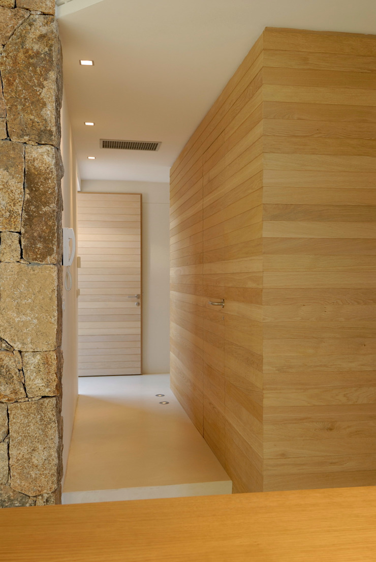Villa <q>O</q> – Portisco, Sardegna Ingresso, Corridoio & Scale in stile minimalista di Studio Marastoni Minimalista