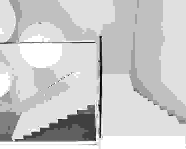 ST885 Białe schody dywanowe / ST885 White Zigzag Stairs Minimalistyczny korytarz, przedpokój i schody od Trąbczyński Minimalistyczny