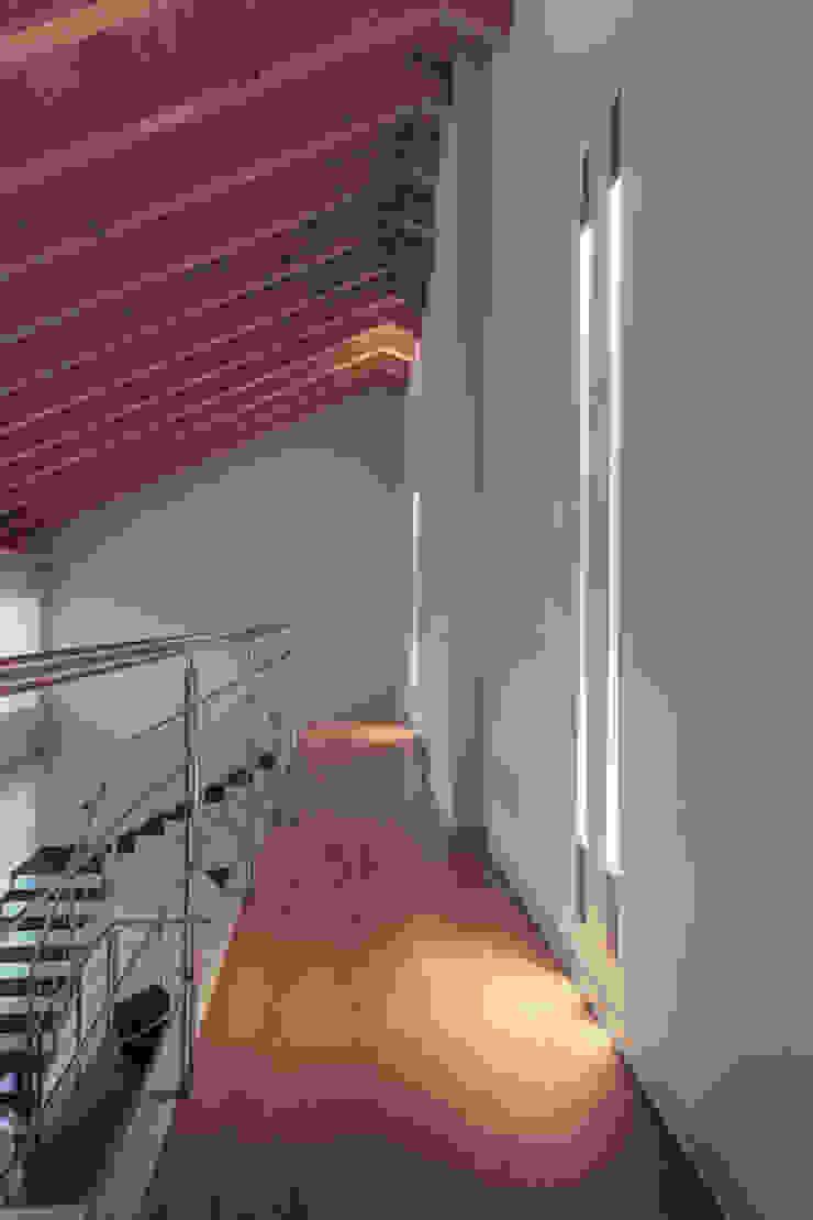 passerella Ingresso, Corridoio & Scale in stile minimalista di Marg Studio Minimalista