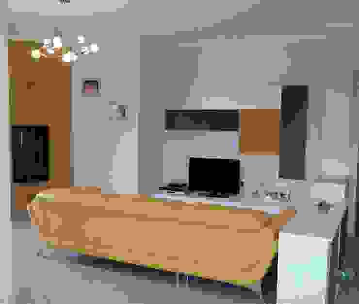Home Shopper: appartamento di fascia medio-alto nei colori titanio e bianco, con un tocco di senape Soggiorno moderno di Indefinito Moderno