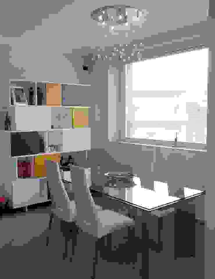Home Shopper: appartamento di fascia medio-alto nei colori titanio e bianco, con un tocco di senape Sala da pranzo moderna di Indefinito Moderno