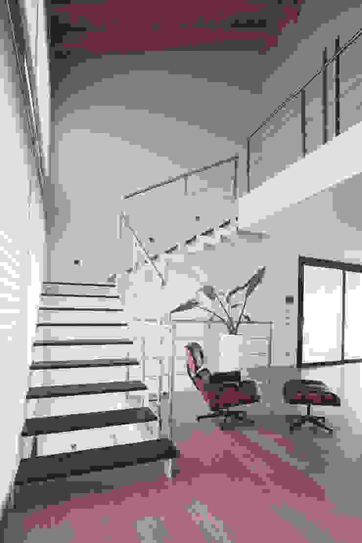 scala Soggiorno minimalista di Marg Studio Minimalista