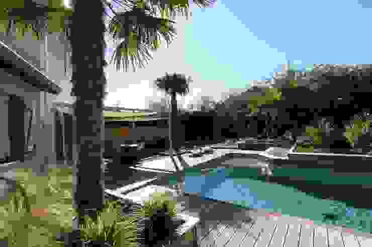 Création d'un jardin avec piscine Piscine minimaliste par bureau d'etudes jardins KAEL Minimaliste