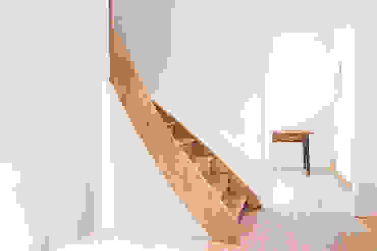 Wohnhaus mit Büro FFM-ARCHITEKTEN. Tovar + Tovar PartGmbB Moderner Flur, Diele & Treppenhaus
