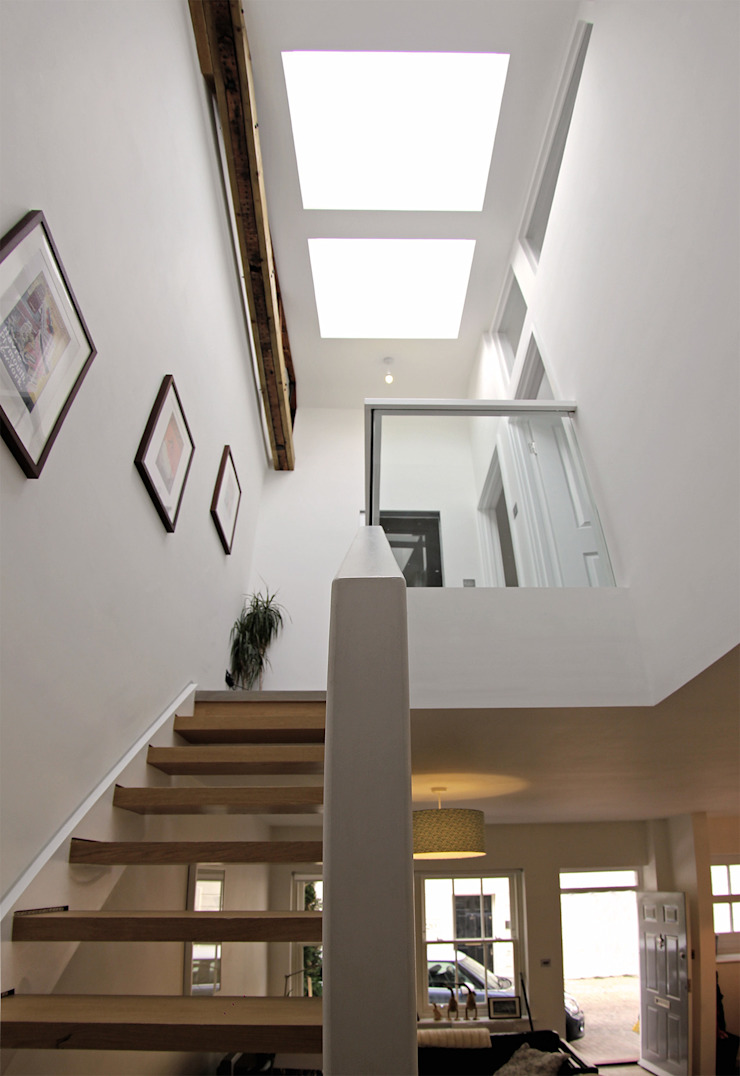 Bespoke designed Oak staircase with glass balustrade and integral lighting. Modern corridor, hallway & stairs by R+L Architect Modern