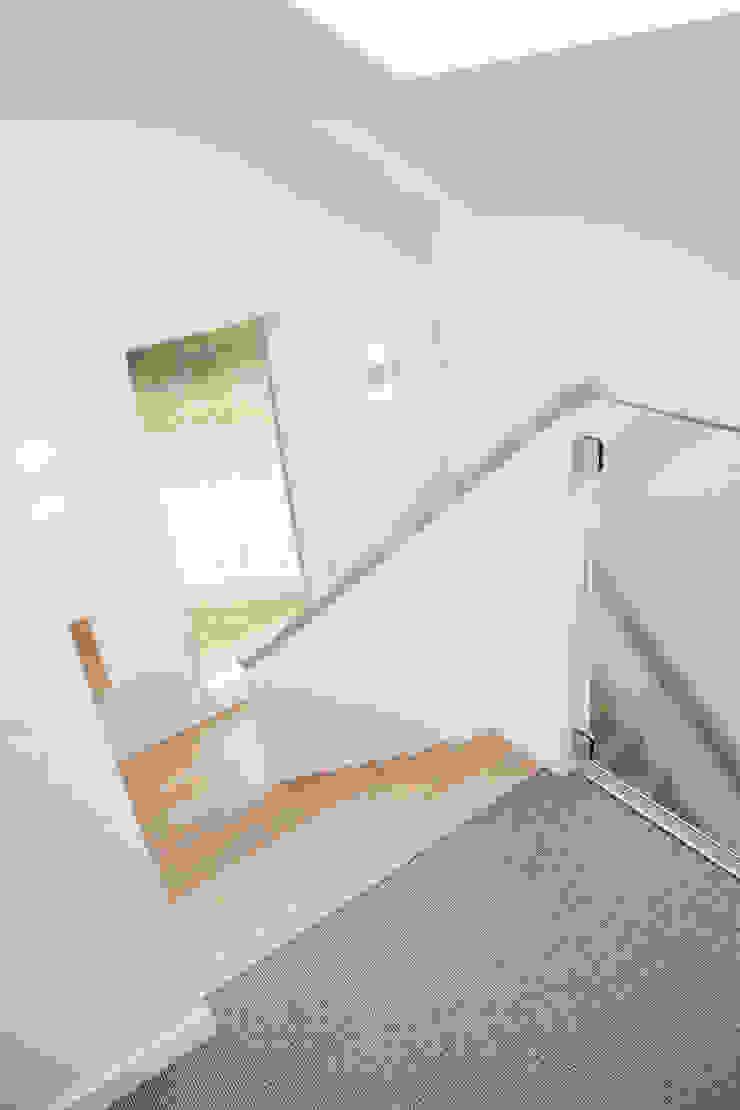 Moderne trap Moderne gangen, hallen & trappenhuizen van Archstudio Architecten | Villa's en interieur Modern