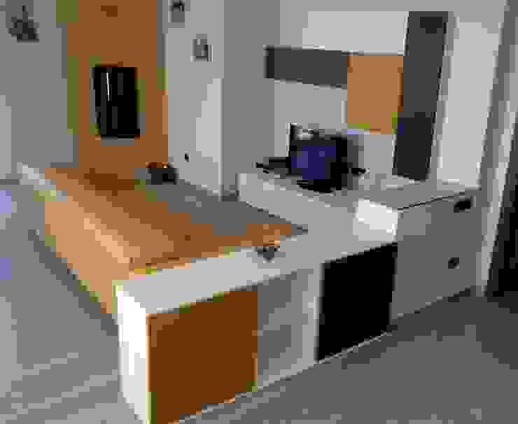Zona living in senape, bianco e titanio Soggiorno moderno di Indefinito Moderno