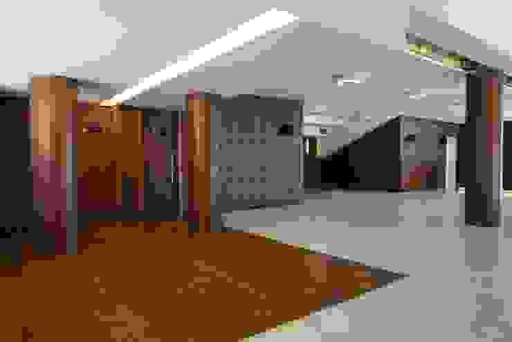 Vista foyer Centros de congressos minimalistas por Lazuli Arquitetura Minimalista