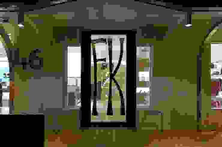 Negozi: Franz Kraler Dobbiaco Negozi & Locali commerciali moderni di Studio Marastoni Moderno