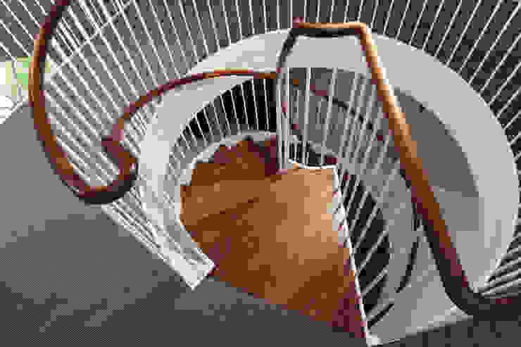 The attention to details in the view from above Pasillos, vestíbulos y escaleras modernos de homify Moderno