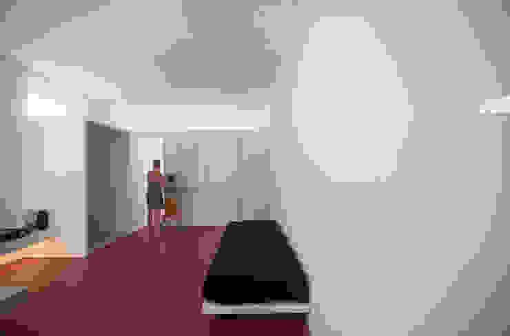 Casa per un fotografo Silvia Bortolini architetto Pareti & Pavimenti in stile minimalista