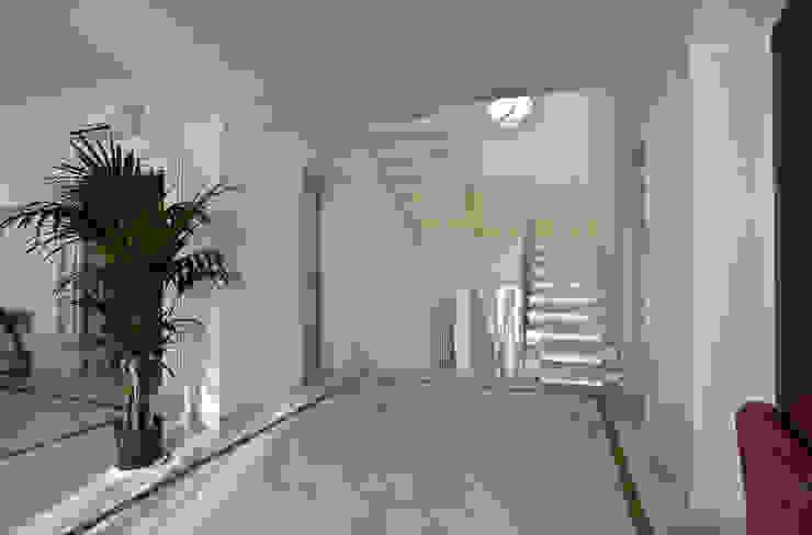 """<q class=""""-first"""">Villino</q> a Pisa Ingresso, Corridoio & Scale in stile classico di C+A Caponi Arrighi architetti associati Classico"""