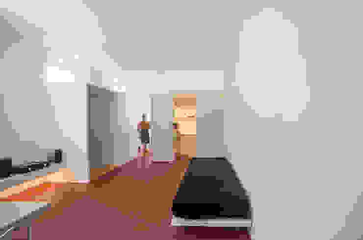 Casa per un fotografo Silvia Bortolini architetto Finestre & Porte in stile minimalista