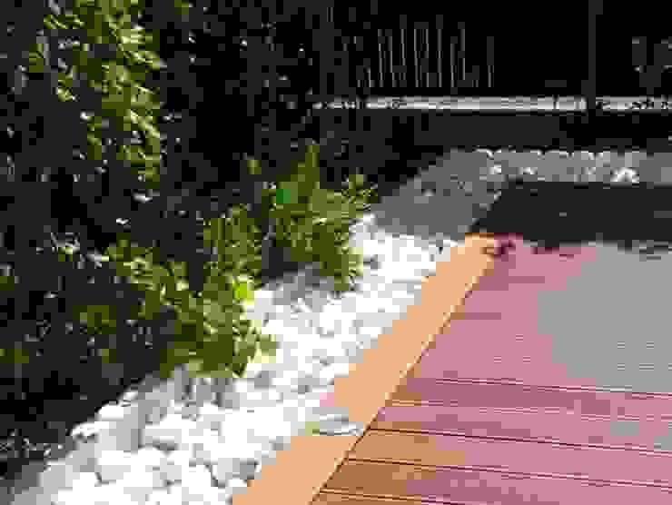 Bolo blanco junto a tarima Jardines de estilo moderno de Palos en Danza Moderno