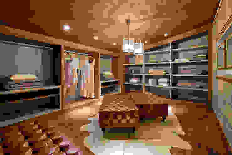 Modern dressing room by Riskalla & Mueller Arquitetura e Interiores Modern