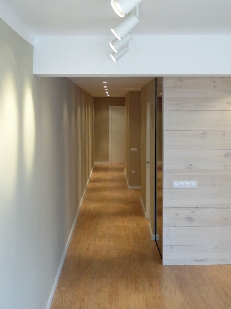 Pasillo y tabique madera Paredes y suelos de estilo moderno de davidMUSER building & design Moderno