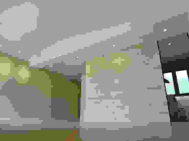 Tabiques madera pino y cristal Salones de estilo moderno de davidMUSER building & design Moderno