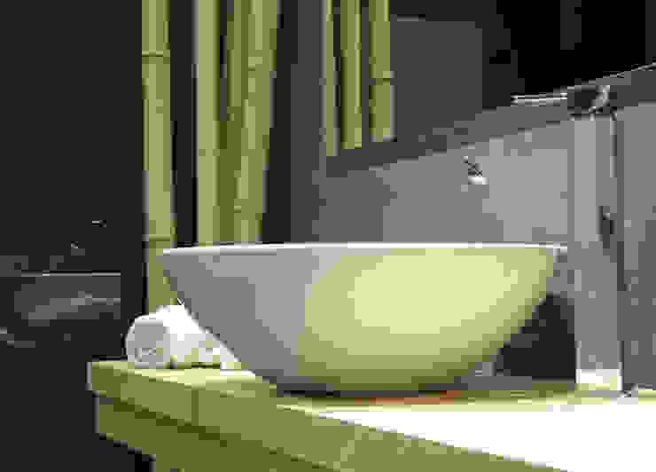 Mueble y seno cerámico Baños de estilo moderno de davidMUSER building & design Moderno