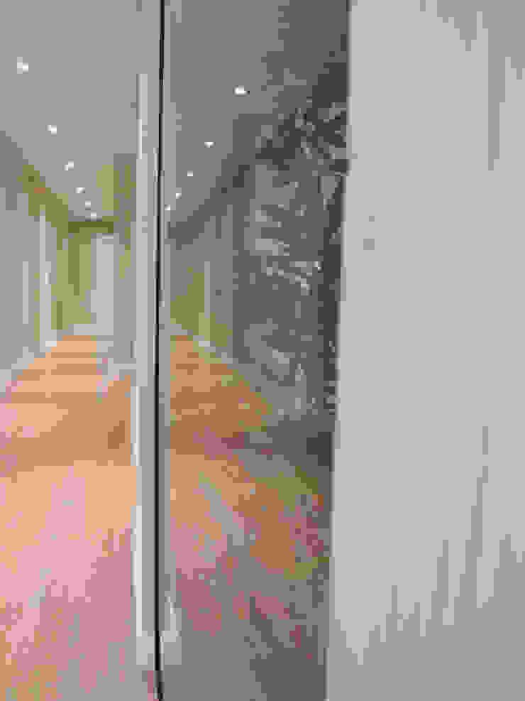 Acabados Pasillos, vestíbulos y escaleras de estilo moderno de davidMUSER building & design Moderno