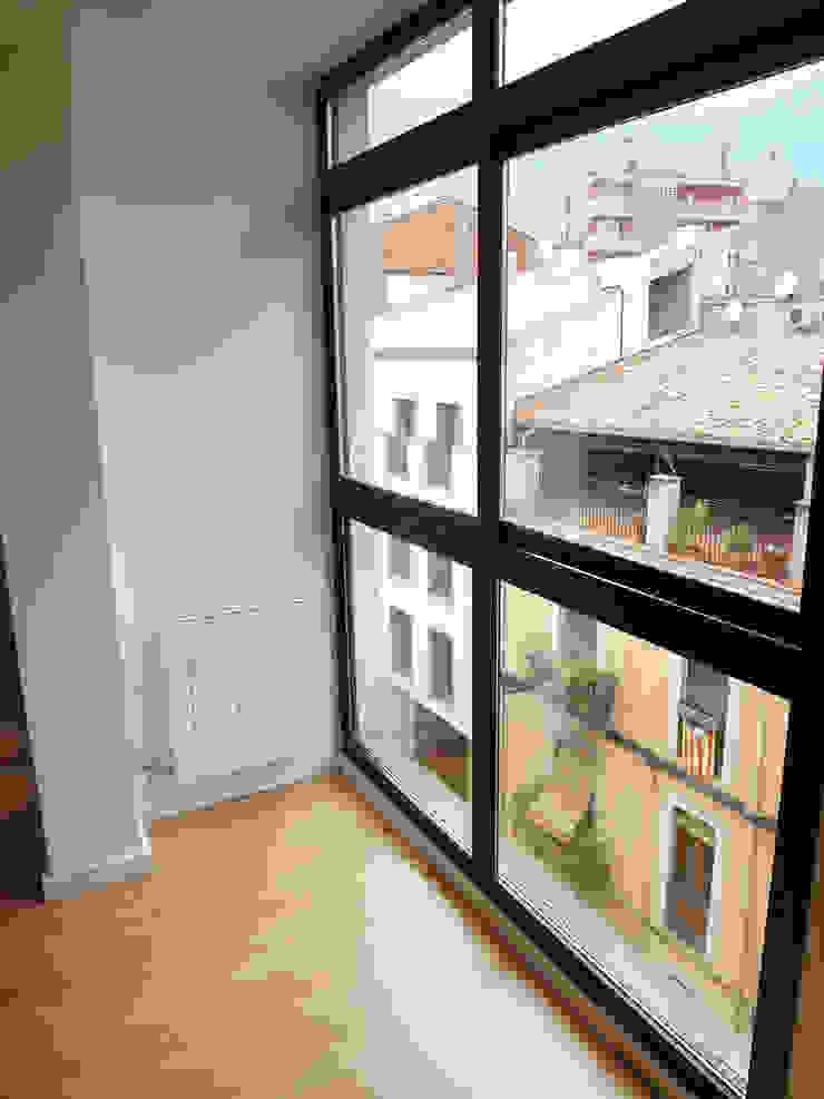 Luminosidad Puertas y ventanas de estilo moderno de davidMUSER building & design Moderno
