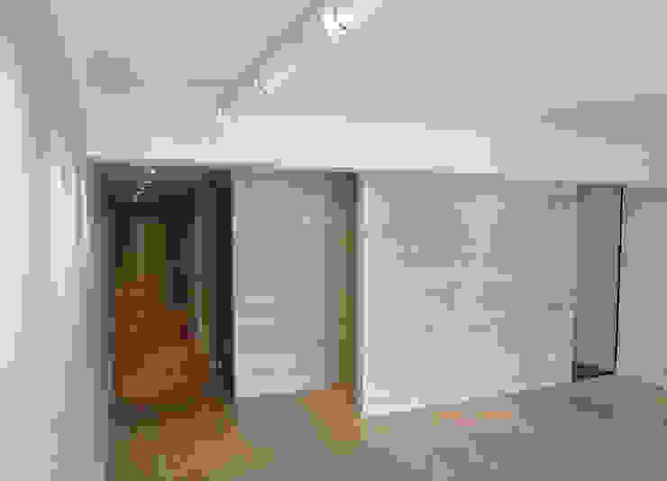 Tabiques madera pino Salones de estilo moderno de davidMUSER building & design Moderno