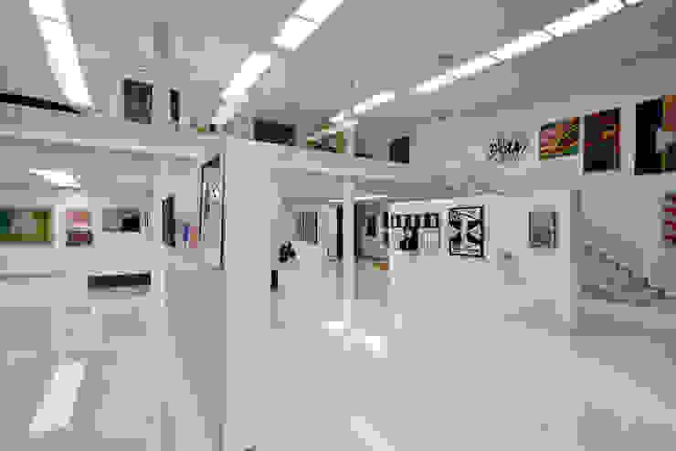 Vista interna da galeria de arte. Paredes e pisos modernos por Humberto Hermeto Moderno