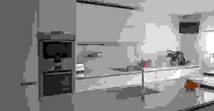 Proyecto y realización de cocina , terminado en blanco Cocinas de estilo moderno de KITS INTERIORISME Moderno