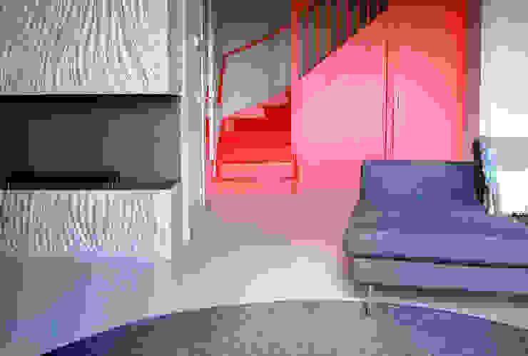 Minimalistyczny korytarz, przedpokój i schody od CioMé Minimalistyczny