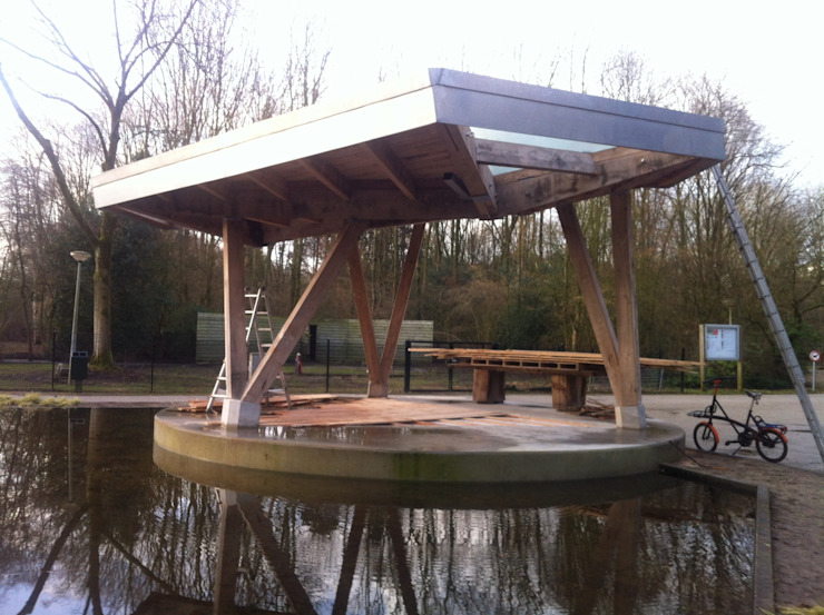 Stadshoutpaviljoen Amstelpark vanaf vijver Moderne exhibitieruimten van Florian Eckardt - architectinamsterdam Modern