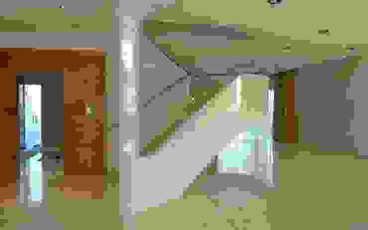 Florian Eckardt - architectinamsterdam Pasillos, vestíbulos y escaleras de estilo moderno
