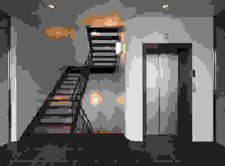 堀端テラス モダンスタイルの 玄関&廊下&階段 の Y.Architectural Design モダン