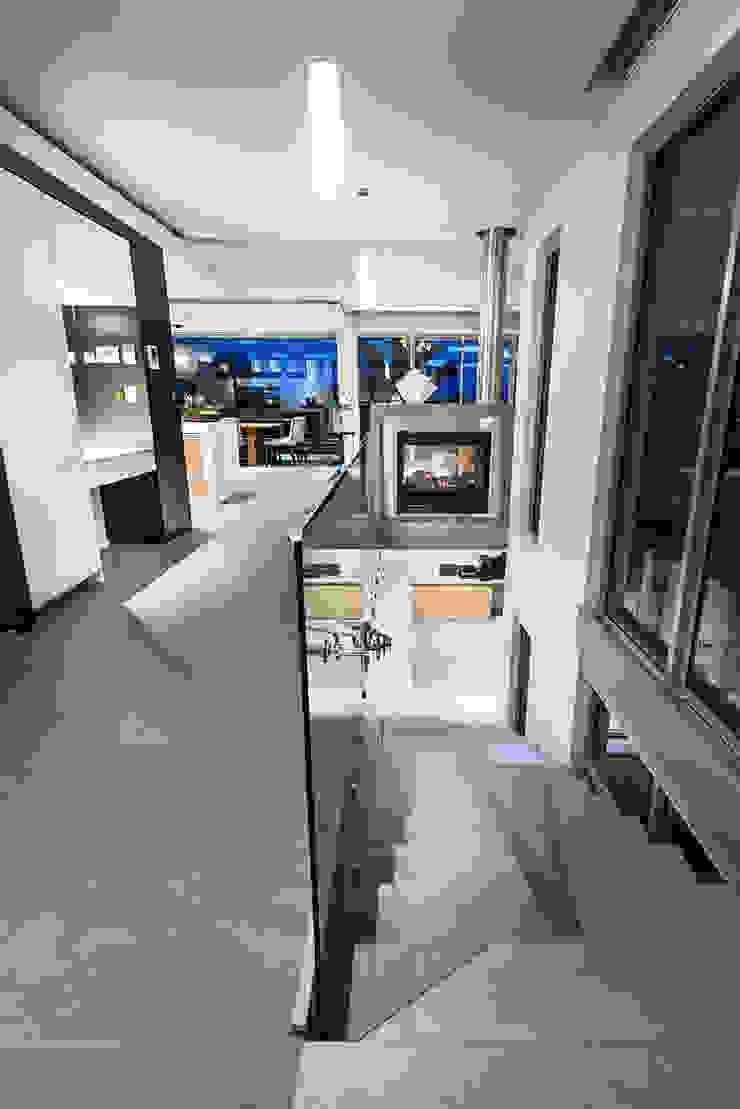 Stairs Industrialer Flur, Diele & Treppenhaus von D-Max Photography Industrial