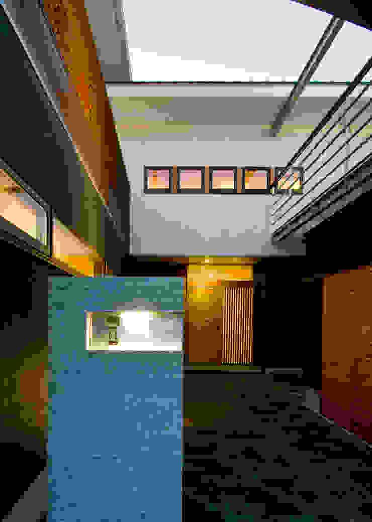 UG-act モダンな 家 の Y.Architectural Design モダン