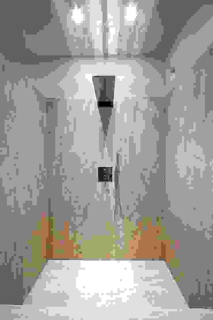 Bagno in travertino Bagno minimalista di Fersini Marco - Pavimenti e Rivestimenti interni ed esterni Minimalista