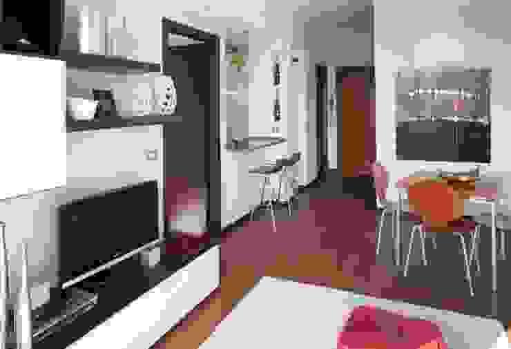 Parete con bancone cucina Soggiorno moderno di gk architetti (Carlo Andrea Gorelli+Keiko Kondo) Moderno