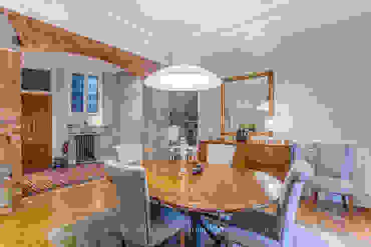 Visite privée d'un appartement haussmannien Salle à manger classique par Sandrine RIVIERE Photographie Classique