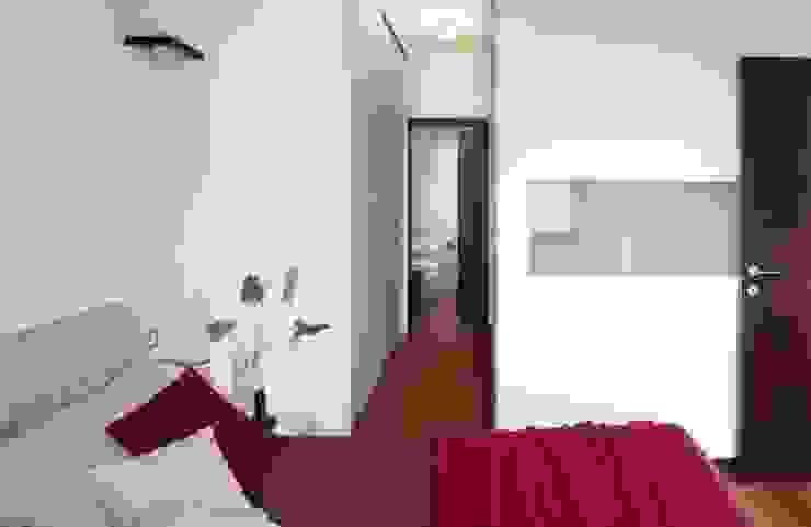 Particolare cabina armadio passante Camera da letto moderna di gk architetti (Carlo Andrea Gorelli+Keiko Kondo) Moderno