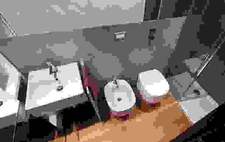 Baños modernos de gk architetti (Carlo Andrea Gorelli+Keiko Kondo) Moderno