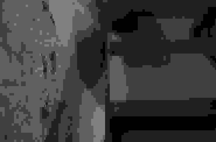 scala in ferro nero calamitato e graniti esistenti Ingresso, Corridoio & Scale in stile moderno di supercake Moderno