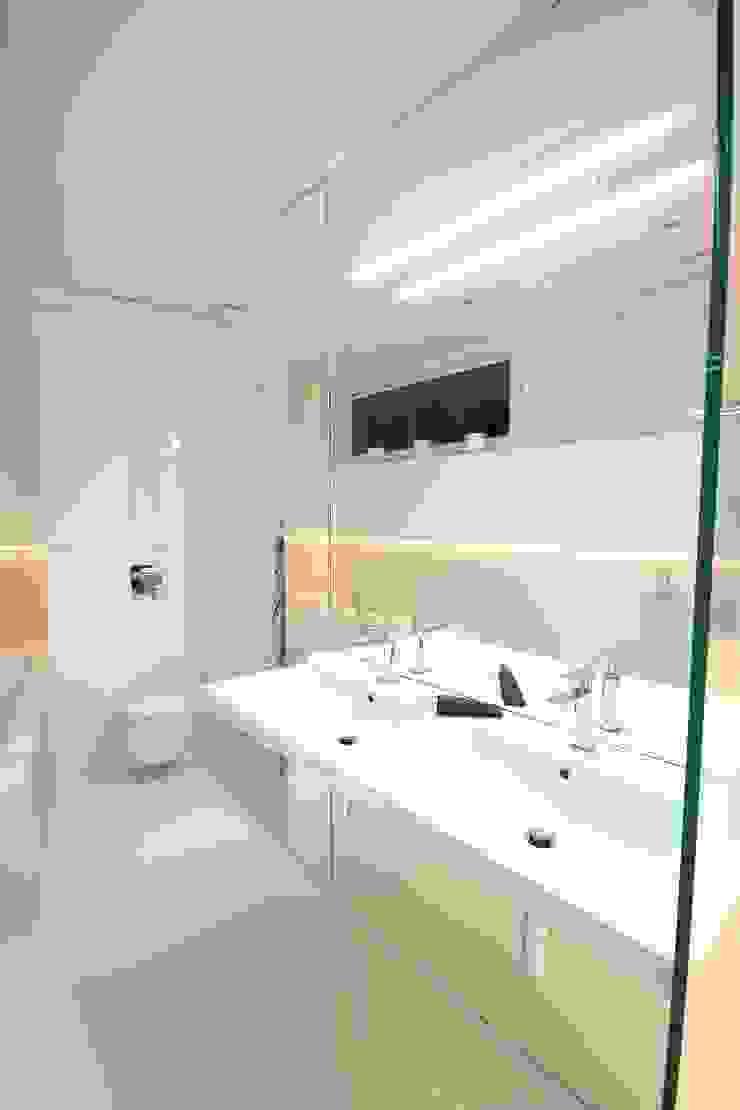 Łazienka prywatna przy sypialni Minimalistyczna łazienka od Orange Studio Minimalistyczny