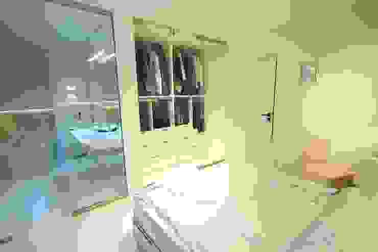 Minimalist bedroom by Orange Studio Minimalist