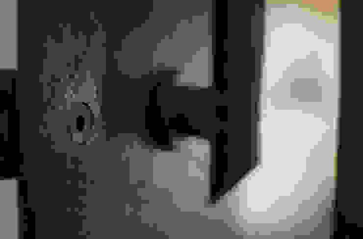 scala e corrimano in ferro nero Ingresso, Corridoio & Scale in stile moderno di supercake Moderno