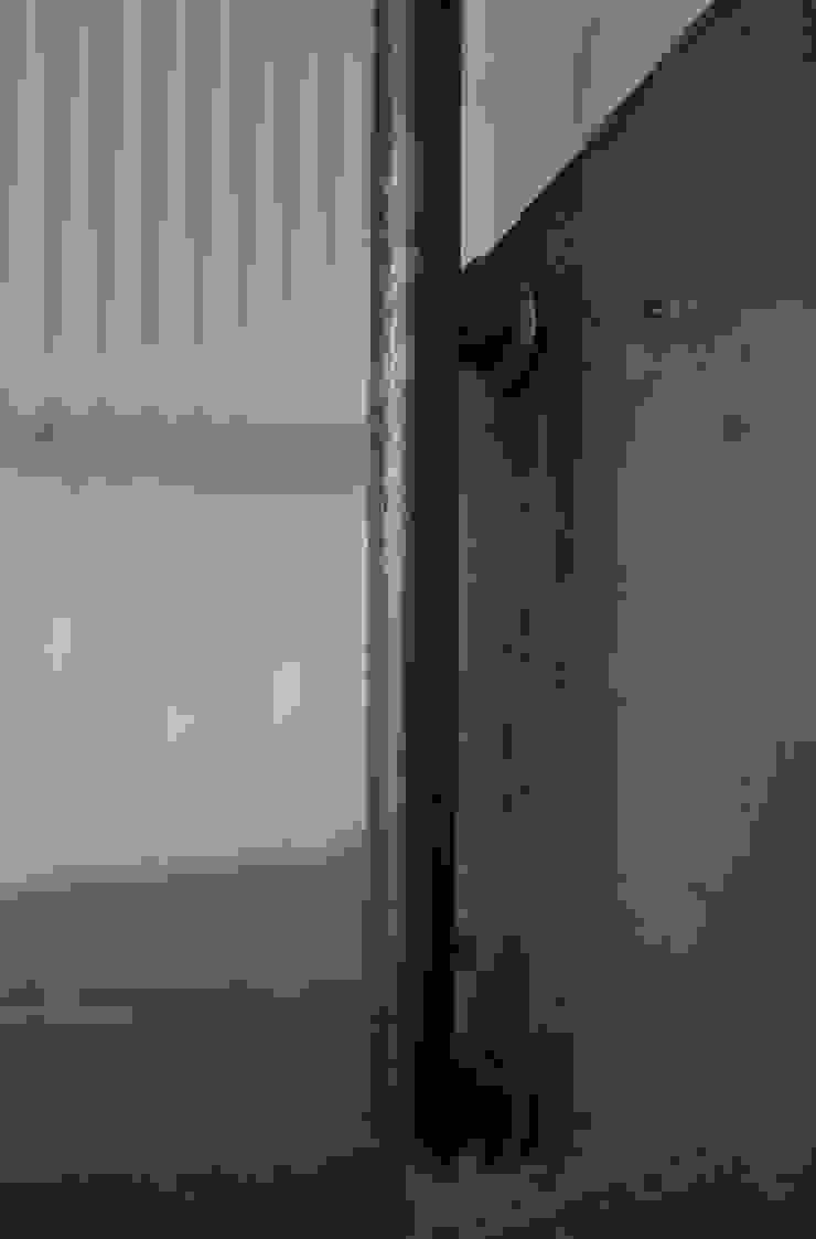 aggancio del corrimano in ferro nero Ingresso, Corridoio & Scale in stile moderno di supercake Moderno