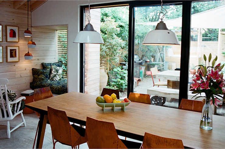 Dining table view to the garden Salas de jantar modernas por homify Moderno
