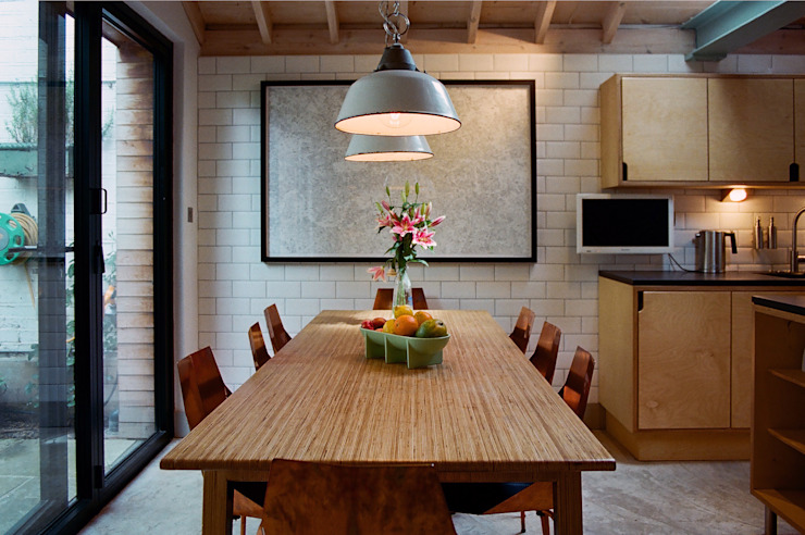 Dining Table with enamel lamp shades Ruang Makan Modern Oleh homify Modern