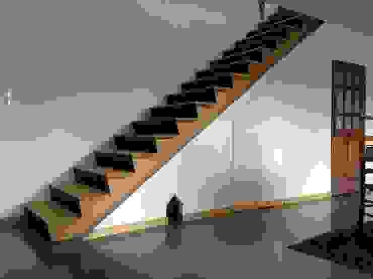 Corridor, hallway & stairs  by Atelier Tresan