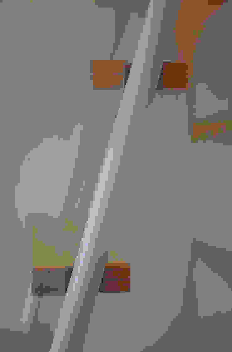 scaletta in alluminio verniciato e bianco e legno di betulla Studio minimalista di supercake Minimalista