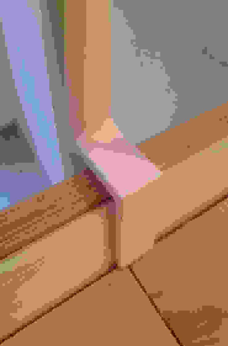 aggancio della scaletta metallica al soppalco Ingresso, Corridoio & Scale in stile minimalista di supercake Minimalista
