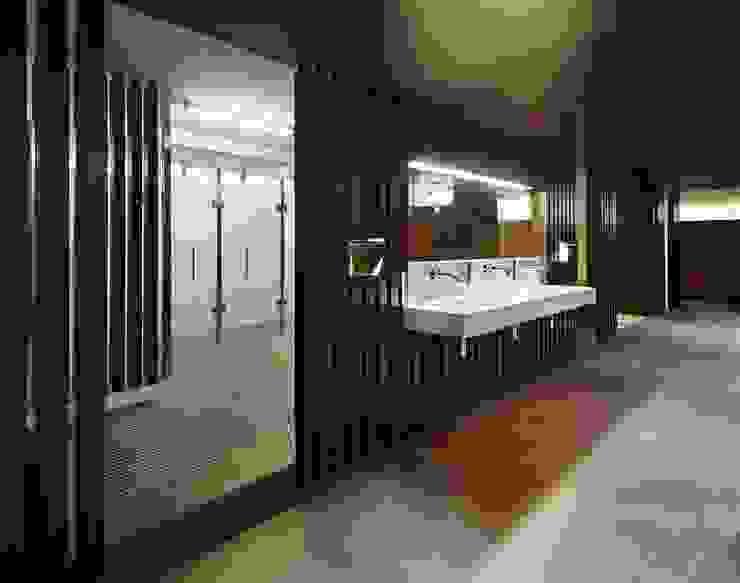 Entrada duchas Vestidores de estilo moderno de DECONS GKAO S.L. Moderno