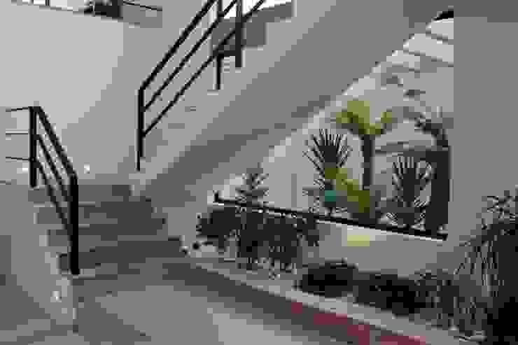 Pasillos, halls y escaleras minimalistas de homify Minimalista